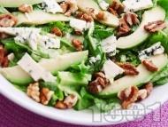 Зелена салата с орехи, авокадо и синьо сирене